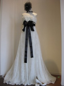 同じドレスでも小物をアレンジするだけでかなり印象が変わりますよね♪
